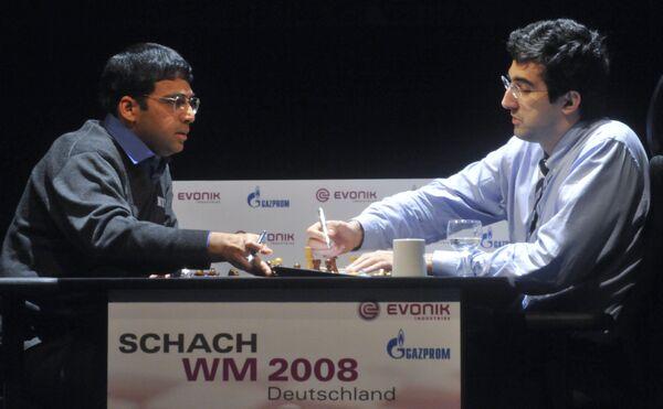 Владимир Крамник (справа) подписывает мирное соглашение в 9-й партии матча за звание чемпиона мира с Виши Анандом