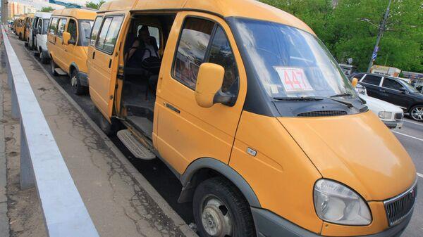 Маршрутка опрокинулась в Москве в воскресенье после столкновения с иномаркой