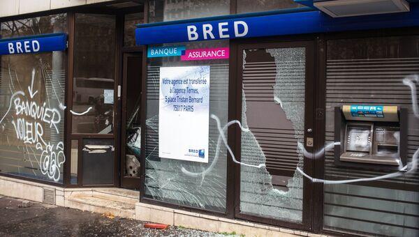 Разбитые витрины французского банка BRED Banque Populaire в центре Парижа в ходе акции протеста желтых жилетов. 2 декабря 2018
