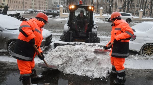 Коммунальные службы Москвы ликвидируют последствия снегопада