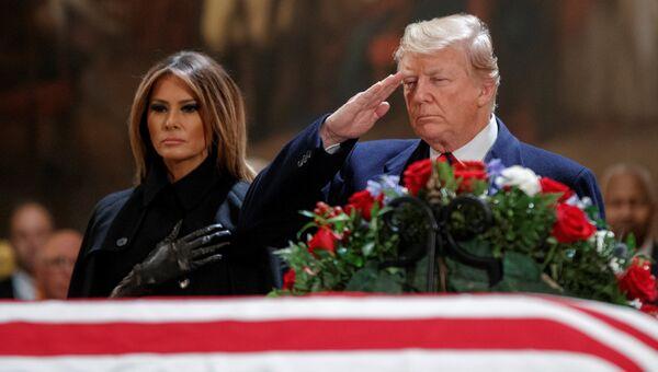 Президент США Дональд Трамп и первая леди Меланья Трамп на церемонии прощания с бывшим президентом США Джорджем Бушем в ротонде Капитолия США в Вашингтоне. 3 декабря 2018