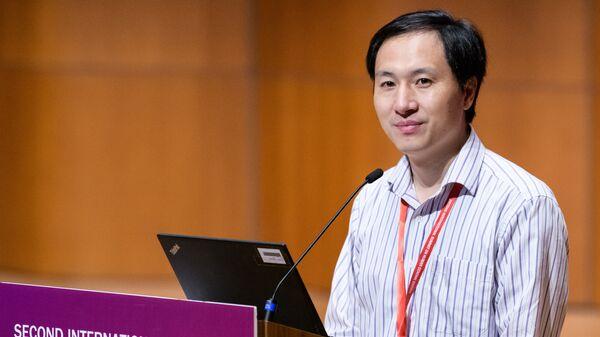Китайский ученый Хэ Цзянькуй выступает на втором Международном саммите по редактированию генома человека в Гонконге. 28 ноября 2018