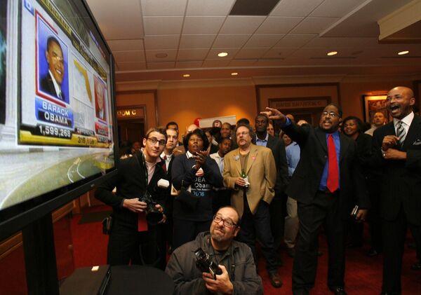 Сторонники партии демократов наблюдают за подсчетом голосов
