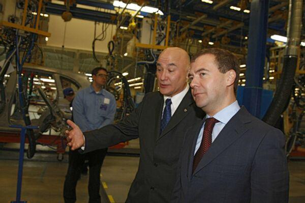 Президент России Дмитрий Медведев (справа) и исполнительный директор Дженерал Моторз Джон Бертон (слева) во время осмотра нового завода в производственной зоне Шушары-2 Санкт-Петербурга