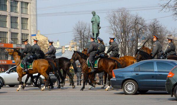 Конная милиция на Пушкинской площади в Москве. Архив