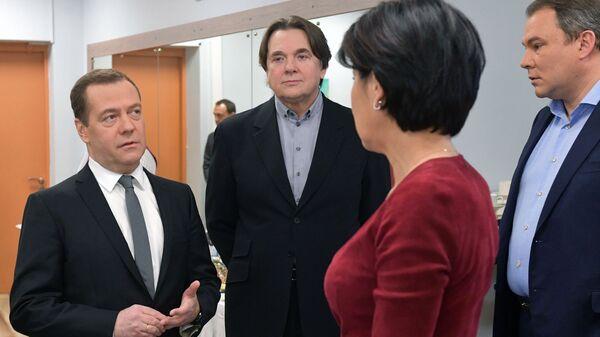 Председатель правительства РФ Дмитрий Медведев перед началом интервью журналистам пяти российских телеканалов