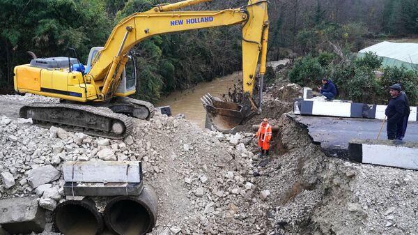 Ликвидация последствий обрушения временного моста через реку Чахцуцыр в селе Нижняя Шиловка Адлерского района. 6 декабря 2018