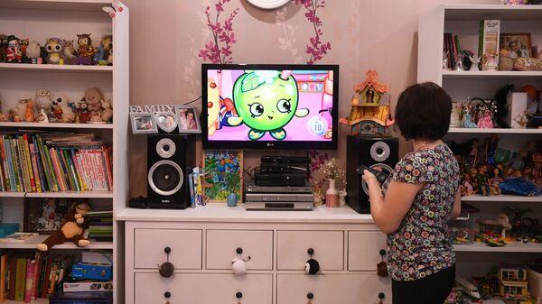 Ксения Ежова демонстрирует телевизор в детской