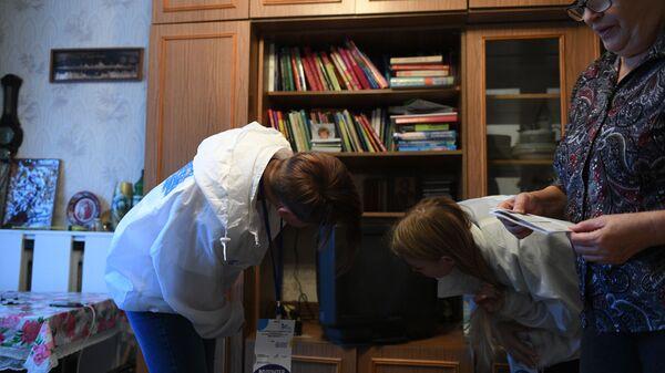 Волонтеры помогают Людмиле Александровне в установке цифрового оборудования