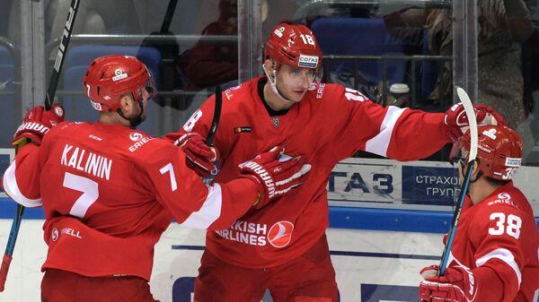 Хоккеисты Спартака Дмитрий Калинин, Ярослав Косов, Илья Зубов (слева направо)