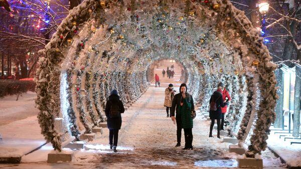 Праздничный световой тоннель на Тверском бульваре в Москве