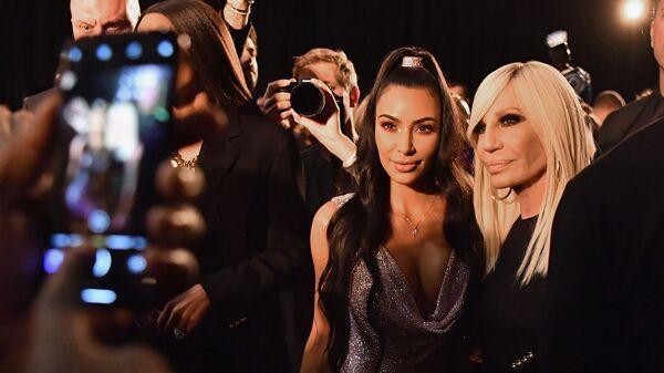 Ким Кардашьян и Донателла Версаче на показе Versace Pre-Fall 2019 в Нью-Йорке. 2 декабря 2018 год