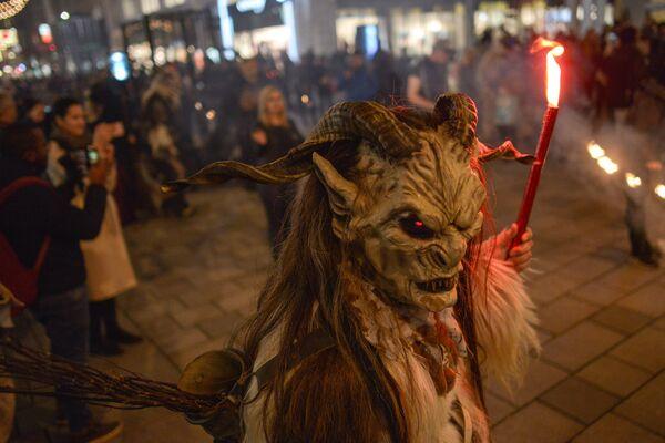 Костюмированный Марш чертей на рождественском базаре в Вене