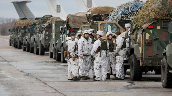 Украинские военнослужащие на военно-воздушной базе в районе Житомира перед передислокацией на восток Украины. 6 декабря 2018