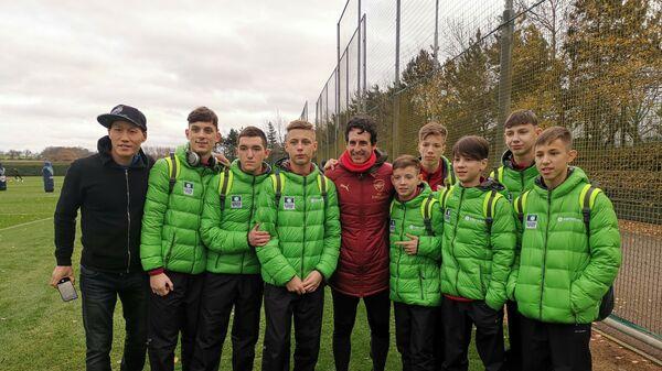 Главный тренер Арсенала Унаи Эмери (в центре) с футболистами из Красноярска