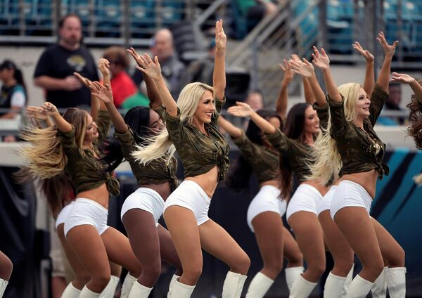 Девушки из группы поддержки футбольного клуба Джэксонвилл Джагуарс во время матча NFL