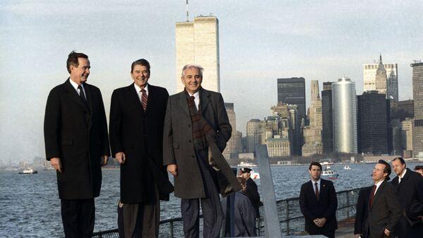 Генеральный секретарь ЦК КПСС Михаил Горбачев, президент США Рональд Рейган и вице-президент США Джордж Буш на прогулке по острову Гавернос-Айленд, 1988 год