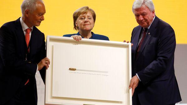 Канцлер ФРГ Ангела Меркель получила в подарок дирижерскую палочку от ХДС, Гамбург. 7 декабря 2018
