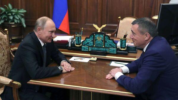 Владимир Путин и губернатор Сахалинской области Валерий Лимаренко во время встречи. 7 декабря 2018
