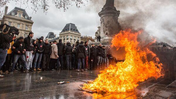 Участники акция протеста лицеистов в Париже. 7 декабря 2018