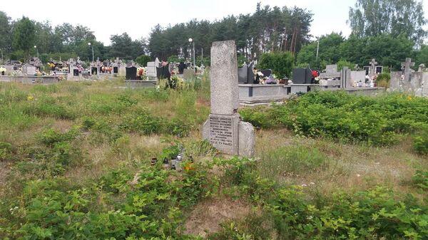Памятник убитым советским военнопленным до реконструкции в польском населенном пункте Горынь