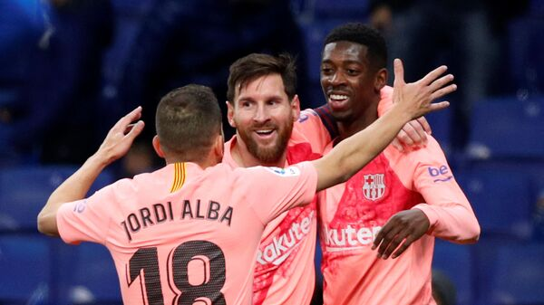 Футболисты Барселоны Жорди Альба, Лионель Месии и Усман Дембеле (слева направо) радуются забитому голу