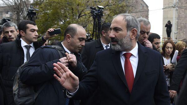 Исполняющий обязанности премьер-министра Армении Никол Пашинян у избирательного участка во время внеочередных выборов в Армении. 9 декабря 2018