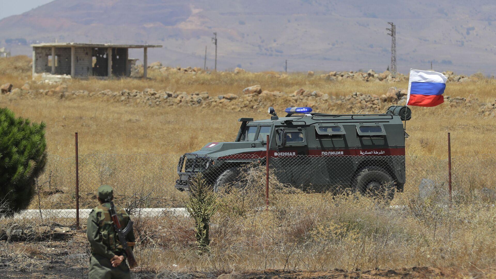 Российская военная полиция проезжает мимо города Алхурея на границе с занятыми Израилем Голанскими высотами. 14 августа 2018  - РИА Новости, 1920, 24.05.2021