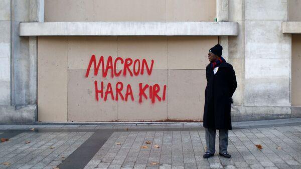 Граффити написано на одной из улиц Парижа, оставленное после национального дня протеста движения Желтые жилеты.  9 декабря 2018