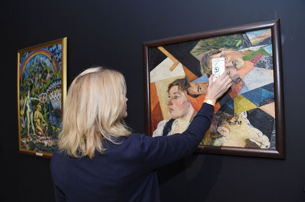 Посетительница на выставке в Музее русского импрессионизма у картины Давида Бурлюка Семейный портрет