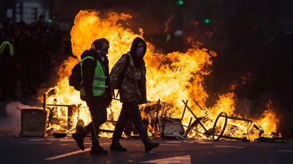 Участники акции протеста движения автомобилистов желтые жилеты в районе Триумфальной арки в Париже