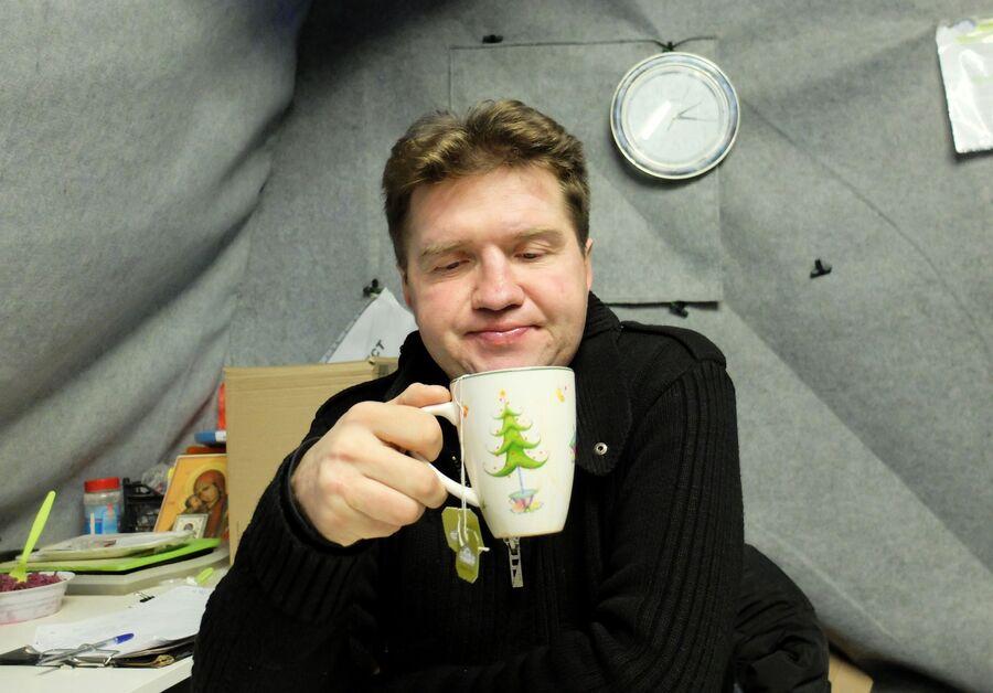 Подопечный «Ангара спасения» Руслан Б. пьет чай в палатке для бездомных