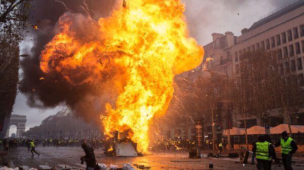Столкновение участников акции протеста против роста цен на бензин желтые жилеты с силами правопорядка в Париже