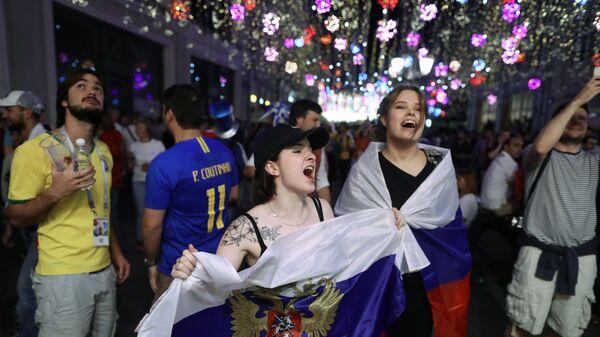 Болельщики сборной России радуются победе в матче группового этапа Чемпионата мира по футболу между сборными России и Египта на Никольской улице в Москве