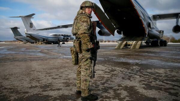 Украинский военный на военно-воздушной базе в районе Житомира перед передислокацией на восток Украины. 6 декабря 2018