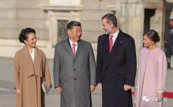 На банкете во дворце Сарсуэла, в резиденции испанских монархов,  королевская чета упомянула, что обе принцессы изучают китайский язык. Часто они говорят между собой по-китайски, чтобы их родители ничего не поняли.