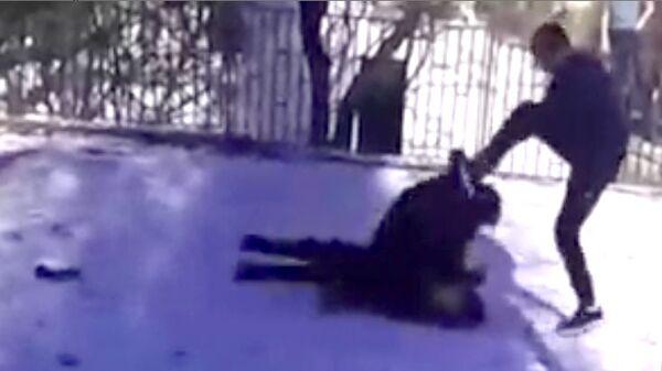 Скриншот видео драки на территории школы №40 в Новошахтинске, Ростовская область