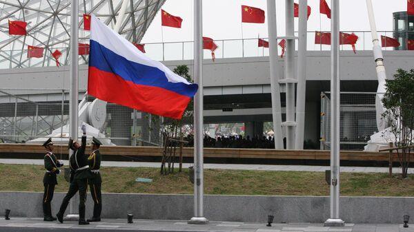Поднятие российского флага на церемонии открытия Дня России на Всемирной универсальной выставке ЭКСПО в Шанхае