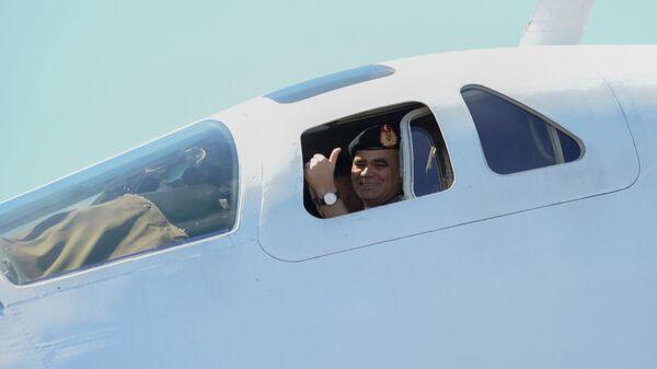 Министр обороны Венесуэлы Владимир Падрино Лопес в кабине российского стратегического бомбардировщика Ту-160 в международном аэропорту Майкетия к северу от Каракаса. 10 декабря 2018