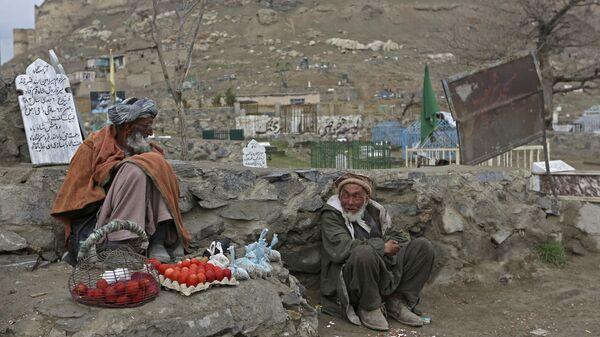 Местные жители занимаются мелкой торговлей возле одного из кладбищ в Афганистане