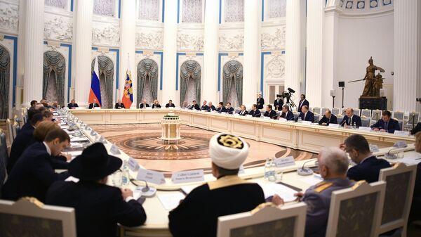 Владимир Путин проводит  заседание российского организационного комитета Победа в Кремле.  12 декабря 2018