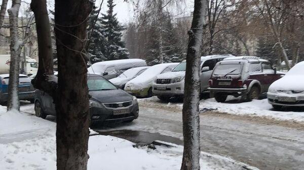 Припаркованный автомобиль Юлии и внедорожник Марины