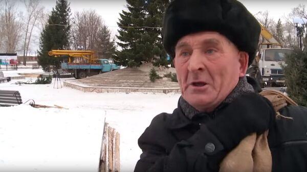 Пенсионер из Бийска во время ответа на вопрос о новогодней елке. Скриншот видео