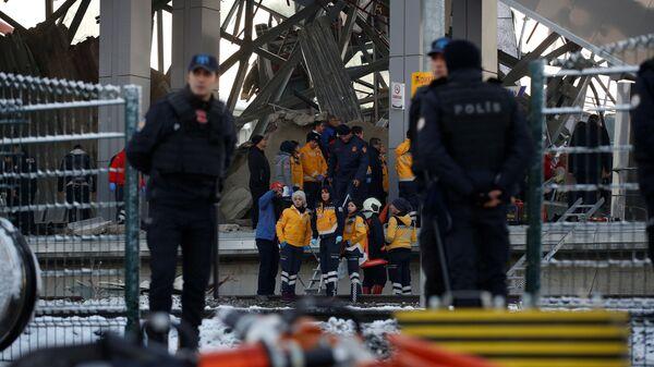 Спасатели и полиция на месте крушения высокоскоростного поезда в Анкаре, Турция. 13 декабря 2018