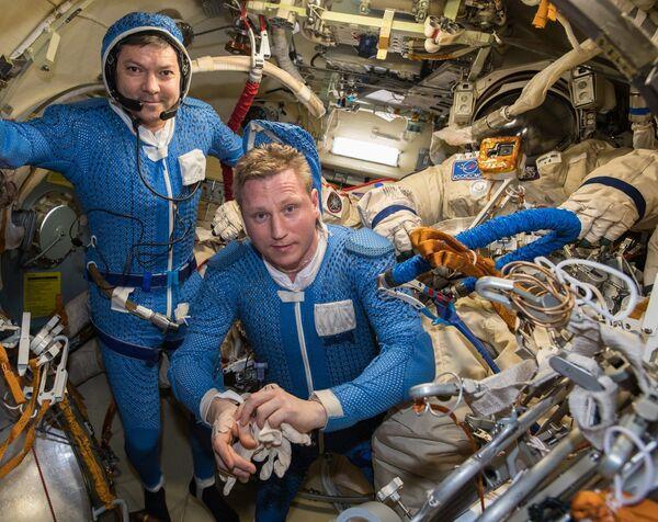 Космонавты Роскосмоса Олег Кононенко и Сергей Прокопьев перед выходом в открытый космос. 11 декабря 2018 год