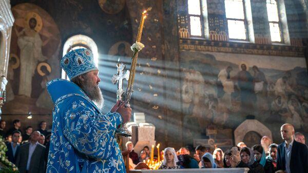 Наместник Киево-Печерской лавры митрополит Павел во время службы