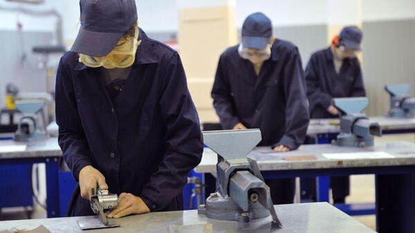 Студенты на занятиях в фрезерном обрабатывающем центре в Политехническом колледже