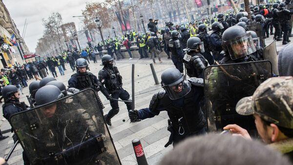 Сотрудники правоохранительных органов во время акции протеста участников движения автомобилистов желтые жилеты в Париже