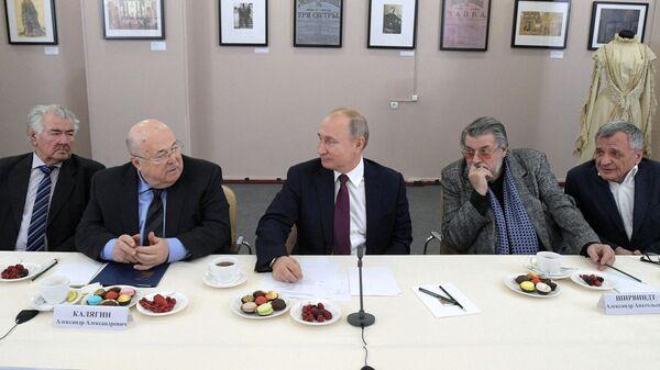 Президент РФ Владимир Путин во время встречи с деятелями театрального искусства в Российском театре драмы имени Ф. Волкова в Ярославле
