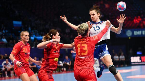 Гандболистка сборной России Анна Вяхирева (справа)